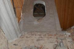 Zahadna-stavba-uprostred-schodiste-zvonicka-ci-lucerna